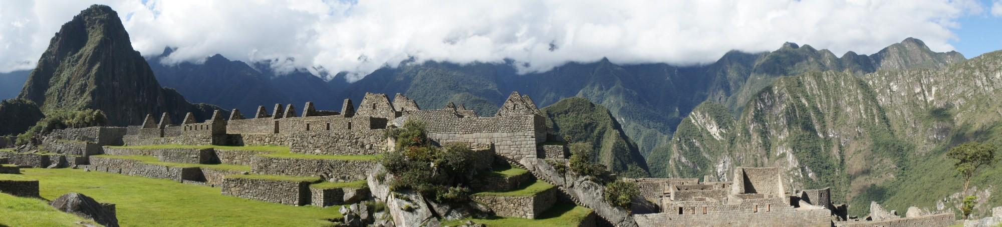 Un beau panorama des ruines et des montagnes environnantes